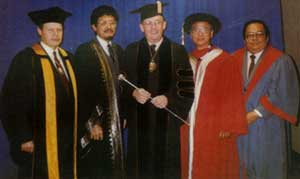 Dr. Edward W. Hook, President of the American College of Physicians, with representatives of overseas postgraduates bodies at the 67th Annual Session of the American College at San Francisco, 11th April 1986.